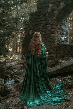 Dark Green Aesthetic, Queen Aesthetic, Princess Aesthetic, Book Aesthetic, Dark Princess, Fantasy Princess, Medieval Princess, Medieval Girl, Medieval Cloak