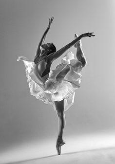YUKA - dancer: Yuka Ebihara photographer: Piotr Leczkowski www. Dance Photography Poses, Dance Poses, Ballet Pictures, Dance Pictures, Movement Pictures, Ballet Art, Ballet Dancers, Poses References, Dance Movement