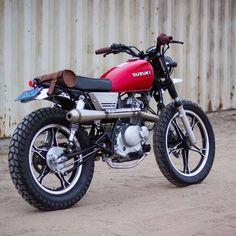 Suzuki Cafe Racer, Suzuki Scrambler, Suzuki Motos, Scrambler Custom, Cafe Racer Bikes, Tracker Motorcycle, Scrambler Motorcycle, Motorcycle Design, Motorcycle Style