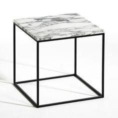 Le bout de canapé Mahaut. Élégance et simplicité avec la combinaison d'un plateau en marbre, une pierre noble, douce et solide, et d'une structure en métal très fine. Caractéristiques : - Plateau en marbre- Structure en métal noirDimensions : - L40 x H40 x P40 cm