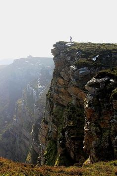 Horn Head is located in County Donegal, northernmost part of Ireland. It is a 200 meters high cliff with breathtaking views, rugged peninsulas and cliff-top walks. Also great spot for birdwatching as there are many guillemots and gulls and small numbers of puffins.