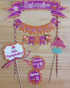 "9 Me gusta, 8 comentarios - Tarjeteria Social (@celebrayregala) en Instagram: ""Mini banderin para torta personalizado.. #banderin #cupcakes #toppers #celebrayregala"" 3rd Birthday Parties, 2nd Birthday, Cake Banner, Moana Party, Ideas Para Fiestas, Party In A Box, Box Art, Cupcake Toppers, Diy And Crafts"