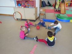 Really nice preschool game styles. Kids will be enjoy and learn teamwork and trust friends same times. Motor Skills Activities, Learning Activities, Kids Learning, Indoor Activities For Kids, Toddler Activities, Games For Kids, Childhood Education, Kids Education, Physical Education
