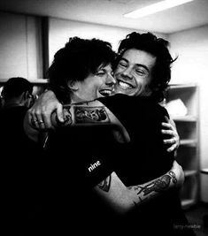 larry hugs are the freaking damn best ever! Larry Stylinson, One Direction Harry Styles, One Direction Pictures, Direction Quotes, Rebecca Ferguson, Simon Cowell, Nicole Scherzinger, Zayn Malik, Niall Horan