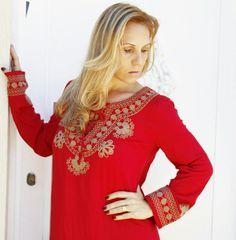 Bom dia, com este clique bem de pertinho  mostrando  os  detalhes  do bordado  em arabesco  nas manga  e decote neste vestido clássico.  Acesse nosso site :  ✔www.santollo.com.br