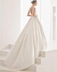 Vestido de corte clássico confecionado de brocado fantasia, com decote tipo…