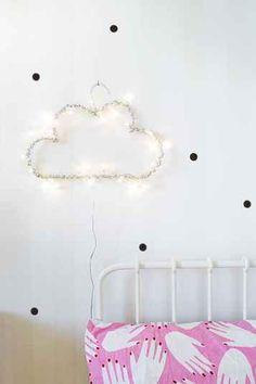 Pra quem ama noite e tudo relacionado a ela, aqui está uma ideia linda de decoração para quarto. Uma luminária linda em formato de nuvem que acende. O mais legal é que não é difícil de fazer, e aí, vamos se inspirar e tentar!?