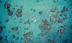 """Como se não bastasse ter uma ilha da Polinésia Francesa como cenário para registrar os momentos de recém-casados, a fotógrafa Helene Havard deu um jeito de tornar seu trabalho ainda mais impressionante: o uso de drones para captar as imagens lá do alto.  Francesa, ela se mudou para o Taiti em busca de mais liberdade, algo que ela procura também em suas fotografias. Para Helene, """"a possibilidade de sobrevoar lugares e capturar a beleza da vastidão é uma ótima forma de expressar a liberdade""""."""