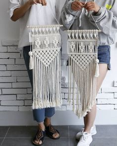 Today& class ~ 😊 You& holding upside down! But the beautiful macrame ~ It& a bit difficult design in one day. Macrame Design, Macrame Art, Macrame Projects, Macrame Knots, Macrame Jewelry, Macrame Wall Hanging Patterns, Macrame Plant Hangers, Macrame Patterns, Art Macramé
