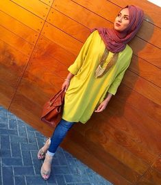 Hijabi style yellow top with jeans Stylish Hijab, Hijab Casual, Hijab Chic, Hijab Outfit, Dubai Fashion, Fashion Wear, Fashion Outfits, Fashion Hub, Unique Fashion