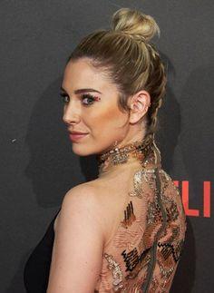 Otra versión del moño alto o 'top knot', con trenzas en la parte de atrás. Glamuroso y un peinado perfecto para convertirte en el centro de atención.