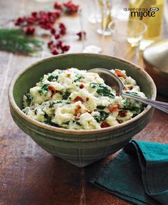 Bacon, baby spinach leaves and minced garlic are mashed together with cream cheese and hearty Yukon golds in this crowd-pleasing potato side dish. Kraft Foods, Kraft Recipes, Spinach Mashed Potatoes Recipe, Mashed Potato Recipes, Creamy Mashed Potatoes, Potato Sides, Potato Side Dishes, Vegetable Sides, Vegetable Recipes