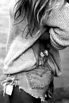 Cut off jeans and an oversized sweater for a cool spring/summer day at home. Cut offs are always sexy but the sweater would turn down the sexy a bit so it wasn't too much. So relaxed! Looks Style, Looks Cool, Style Me, Look Fashion, Fashion Outfits, Womens Fashion, Fashion Tag, Fashion Rings, Fall Fashion
