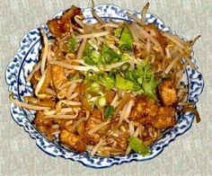 Difficulté : 1/3 Prix : accessible Ingrédients (pour 5 personnes) : 50 g de coriandre fraîche hachée 50 g d'arachides hachées 250 g de crevettes, viande, poulet, ... (c'est au choix) 250 g de nouilles de riz 2 ufs 750 g de soja 250 g d'oignons verts émincé...