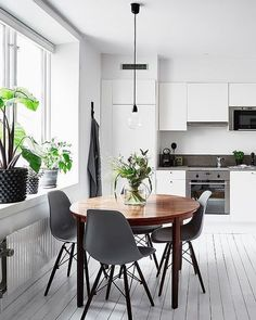 90 Amazing Small Dining Room Decor Ideas - Home Modern Dining Table, Small Dining, Round Dining Table, Dining Room Table, Dining Rooms, Dining Decor, Dining Furniture, Dining Area, Furniture Design