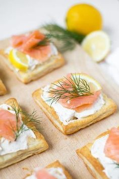 Salmon puff pastries from 4 ingredients - cooking carousel-Lachs-Blätterteig-Häppchen aus 4 Zutaten – Kochkarussell For these salmon puff pastries you only need puff pastry, herb cream cheese, salmon, lemon and dill. Super fast, easy and really tasty! Brunch Recipes, Appetizer Recipes, Snack Recipes, Cheese Appetizers, Party Finger Foods, Party Snacks, Clean Eating Snacks, Healthy Snacks, Cream Cheeses