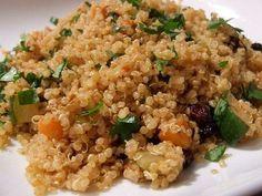 Una receta vegana fácil de quinoa con pasas, zanahoria y calabacín. La quinoa es un cereal andino que contiene una proporción ideal y completa de aminoácidos. Esta receta es una buena manera de introducir la quinoa en nuestra dieta. Su cocción se realiza como el arroz, en una proporción de 1 medida de cereal y 2 de agua. :: recetas veganas recetas vegetarianas :: vegetarianismo.net