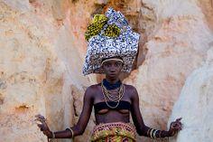 A beleza inspiradora das mulheres Mucubais;  por Thaís Muniz e Shai Andrade  Modelo: Luma Nascimento  Bahia . Brasil