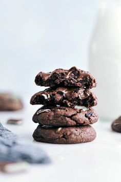 Everyone BEGS for the recipe for these mint chocolate chip cookies! They're bursting with flavor and so simple to make thanks to a couple of shortcuts! Delicious Cookie Recipes, Holiday Cookie Recipes, Delicious Food, Brownie Recipes, Holiday Baking, Cake Recipes, Mint Chocolate Chip Cookies, Chocolate Chip Oatmeal, Biscuit Cookies