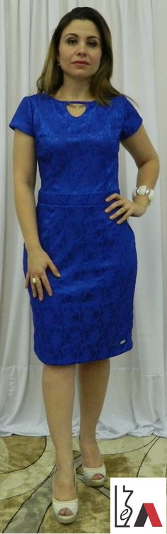 Lindo vestido de renda azul royal.
