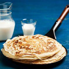 Grundrecept - traditionella tunna pannkakor på ägg, mjöl, mjölk och salt. Enkelt recept. Extra smarriga blir de med sylt, grädde, glass, sirap eller nutella.