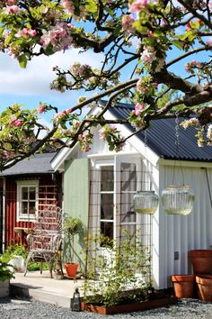 HOME & GARDEN: Un chalet de jardin fleuri en Suède