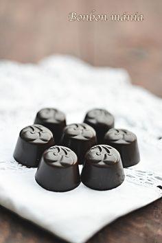 Bonbon mánia, bonbon készítés, csokoládé - Konyakmeggy bonbon formában Candy Recipes, My Recipes, Mousse, Belgian Chocolate, Macarons, Diy And Crafts, Food And Drink, Fondant, Sweets