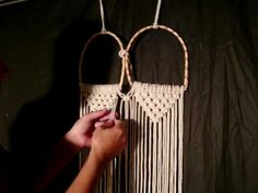 Step-by-step bag in macrame Macrame Design, Macrame Art, Macrame Projects, Macrame Jewelry, Macrame Purse, Purse Tutorial, Diy Arts And Crafts, Handmade Bags, Knots