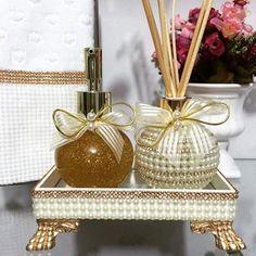 Kit ball na bandeja de pérola . Um luxo !!!  #Difusor #difusorcomperola #difusordevaretas #difusordeambiente #difusorcomcristais #difusorcomguipir #sabonete #handsoap #sabonetedourado #sabonetecomglitter #bandeja #bandejacomperola #bandejadeespelho #toalha #toalhabordada #toalhabuddemeyer #lavabo #banheiro #casa #casacheirosa #decor #decoração #detalhes #carinho #presente #madrinhas #maternidade #casamento #wedding #ateliemarivenancio