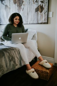 Classes done in comfort 💻☁️ Sneak peek of our Stay Comfortably Connected with BEARPAW Campaign with Influencer @kaelarandolph 🐻🐾 Video coming soon! Shop Effie: bearpaw.com/ #LiveLifeComfortably #BearpawStyle
