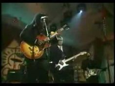Tracy Chapman and Eric Clapton sing Tracy's Give Me One Reason.  She can't stop smiling!  Just imagine... getting to play like this with one of the greats!