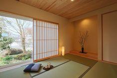 Japan Design Interior, Japan House Design, Building A Wooden House, Sliding Door Room Dividers, Tatami Room, Japanese Minimalism, Traditional Japanese House, Japanese Home Decor, Minimal Decor