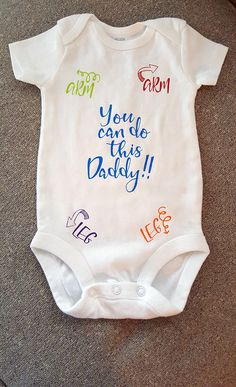 Gender neutral baby diy You Can Do This Daddy Arms and Legs Go Here First Time Dad Funny Onesie Funn Funny Baby Gifts, Funny Babies, Funny Onesies For Babies, Funny Baby Outfits, Baby Design, Baby Showers Juegos, Shower Bebe, Gender Neutral Baby, Cute Baby Clothes