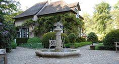 Rodenburg Tuinen: Villatuin met waterelement bij historische villa, Buxus, Hydrangea petiolaris