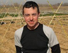 David, hortelano, es un experto en buscar tiendas ecológicas y revistas, gracias a él estamos montando una biblioteca especializada | La Huerta de la Fundación