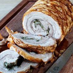 Porchetta er en italiensk rullesteg med sprød svær, som typisk laves på rotisserie. Da jeg ikke har et rotisserie får du her opskriften på porchetta i ovn