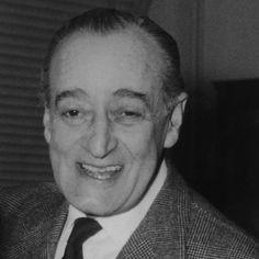 Totò, nome d'arte di Antonio de Curtis, (15.2.1898 - 15.4.1967) uno dei maggiori interpreti nella storia del teatro e del cinema italiani fu anche drammaturgo, poeta, paroliere, cantante.