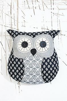Chester Owl Cushion at Urban Outfitters Diy Pillows, Cushions, Decorative Pillows, Quilting Projects, Sewing Projects, Owl Cushion, Owl Applique, Felt Owls, Owl Crafts