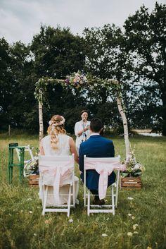 Freie Trauung auf einer wunderschönen Wiese | Rednerin: Sandy Liebehenschel #Freie #Trauung #Hochzeit #Wald #Wiese #HH #Dekoration #Bäume #Liebe