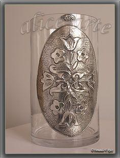 jarron con aplique de aluminio repujado Pewter Art, Pewter Metal, Metal Art Projects, Metal Crafts, Aluminum Foil Crafts, Tin Foil Art, Metal Worx, Soda Can Crafts, Metal Embossing
