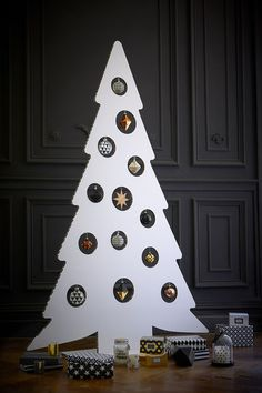 Sapin en carton DIY repéré chez Maisons du Monde : Des sapins de Noël pas comme les autres - Journal des Femmes Recycled Christmas Tree, Cardboard Christmas Tree, Xmas Tree, Christmas Tree Decorations, Christmas Mood, Noel Christmas, Christmas 2019, Christmas Crafts, Holiday Themes