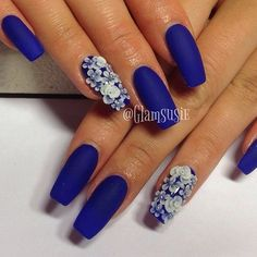 The matte blue nail polish is contrasted by white colored floral embellishments that are beautifully placed on top of the blue nails as background. (the dip nails) Blue Gel Nails, Royal Blue Nails, Dark Blue Nails, Blue Acrylic Nails, Blue Nail Polish, Gradient Nails, Stiletto Nails, Coffin Nails, Trendy Nails