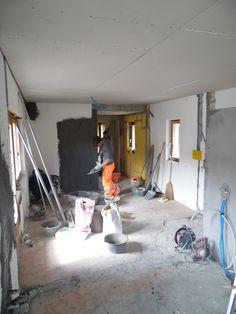 6. Mai 2015 - Sobald der Gipser seine Arbeit beendet hat, wandeln sich die Räume erstaunlich radikal. Das Appartement nimmt Gestalt an.