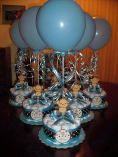 Ideia p/enfeites das mesas, centro de mesa. Mini bolinhos de fraldas com balões.