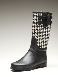 Designers are loving houndstooth pieces for fall and winter this year. Houndstooth is also known as dogstooth: it is a large checkered pattern, broken checkers or abstract shapes. Cute Shoes, Me Too Shoes, Shoe Boots, Shoes Sandals, Leather Sandals, Coq, White Fashion, Houndstooth, Rubber Rain Boots