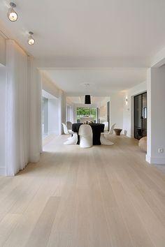 Weiße Villa Your bed room flooring is actually important. Villa Design, Floor Design, Hardwood Floor Colors, Light Hardwood Floors, White Oak Floors, White Flooring, White Walls, Living Room Flooring, Wooden Flooring