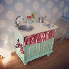 Keukentje voor kinderen. Gepimpt van een oud kastje door klant. Stof voor het gordijntje uit de collectie van Boer&Bontig, ruit 1,5cm kleur 425
