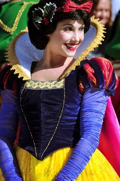 Snow White def wearing some makeup. Disney Cosplay, Disney Costumes, Cosplay Costumes, Disneyland Face Characters, Disney World Characters, Walt Disney Land, Snow White Characters, Princess Shot, Disneyland Princess