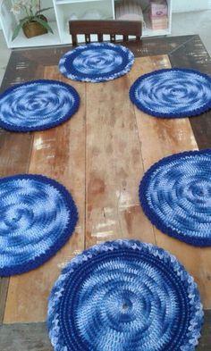 Confeccionado em crochê com fio barbante e malha. Peças exclusivas. 37 cm de diâmetro. Preço unitário.