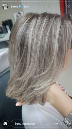 Blonde Hair Going Grey, Silver Blonde Hair, Grey Hair Over 50, Zottiger Bob, Medium Hair Styles, Short Hair Styles, Grey Hair Inspiration, Gray Hair Highlights, Transition To Gray Hair